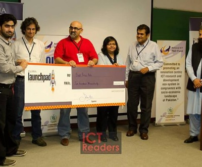 Usman receiving cheque - Best Price Ads - P@SHA Launchpad 2013 - Winner